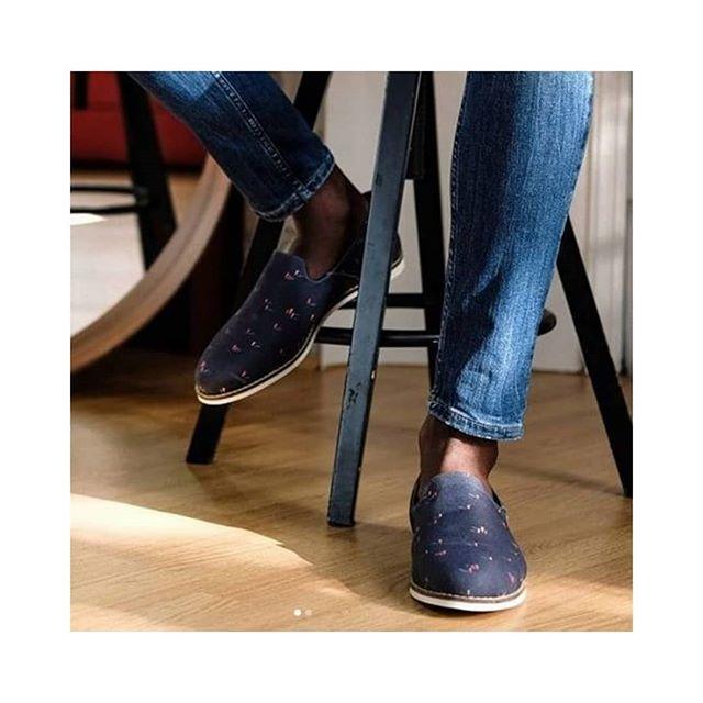 Motif akagii chez @bokit_shoes  #bonhommes #madame #monsieur #walking #gens #people  #meltingpot  #bleu #blue #bluefabric